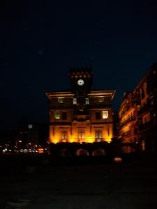 Las 21:00 h. en el reloj del Ayuntamiento. (Pinchar en la imagen para ampliar))